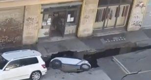 Si apre una voragine, macchine inghiottite nel vuoto: paura in strada, ecco cosa è successo a Roma