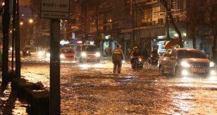 METEO - NUBIFRAGI incessanti in El Salvador, gravi INONDAZIONI a Santa Tecla: esplose le fognature