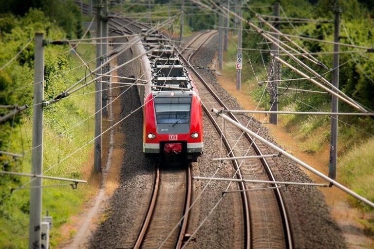 Incidente ferroviario al centro Italia: violento impatto tra un treno e un'auto causa almeno tre feriti. Soccorsi in azione