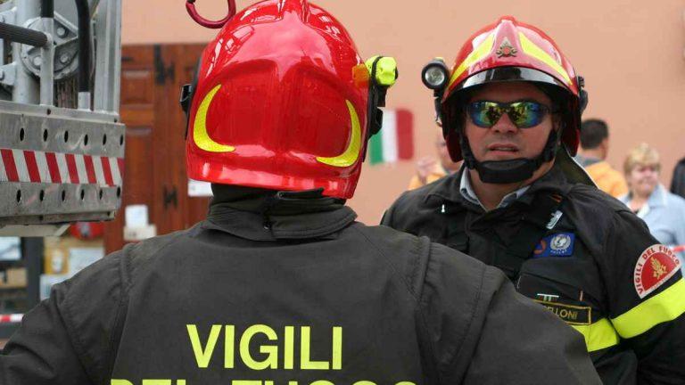 Forte boato e tanta paura tra i residenti a Imola a causa del crollo di un grosso cornicione. Ecco cos'è successo, le testimonianze