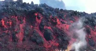 Crolla una parte del vulcano Cumbre Vieja, esplosioni e allarme gas tossici: VIDEO, ecco cosa sta succedendo a Las Palmas